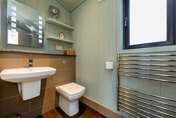 en-suite bath / shower room